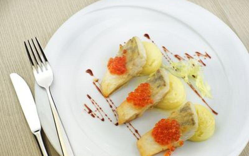 Филе судака с икрой лососевой, овощное пюпе и маслянным соусом