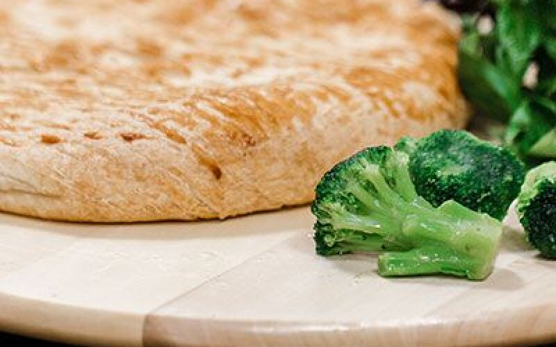 Пирог слоеный  дрожжевой со шпинатом и брокколи