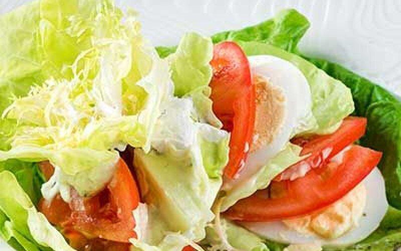 Салат из латука с яйцом и томатами