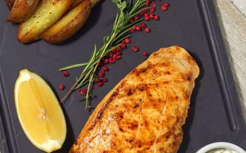 Куриная грудка и картофель запечённый с розмарином