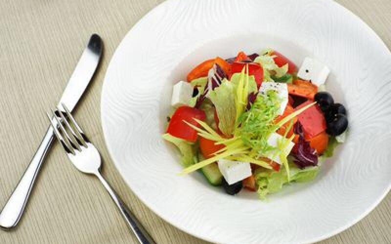Салат греческий с брынзой и маслинами