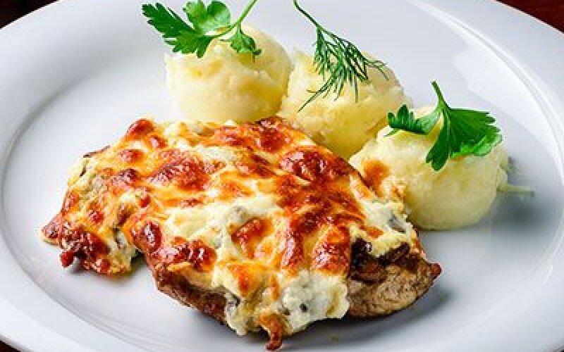 Свинина, запеченная с грибами, майонезом , сыром и картофельным пюре