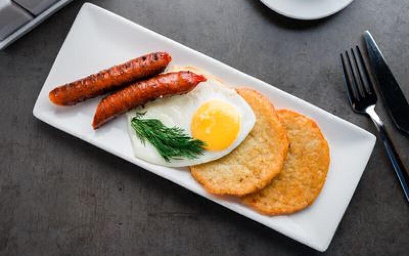 Драники с яйцом и колбасками