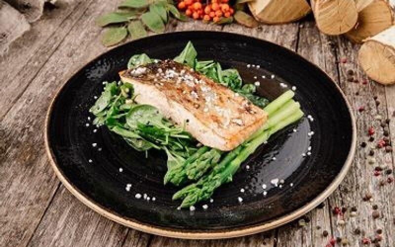 Филе лосося со шпинатом и спаржей