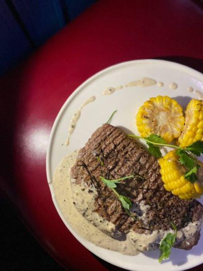 Стейк из говяжьей отбивной с кукурузой и перечным соусом Жадное касание