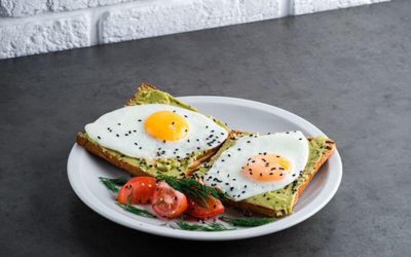 Тост с гуакомоле и яйцом