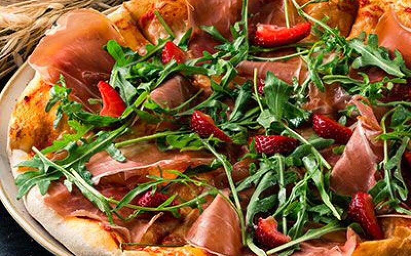 Пицца с пармской ветчиной и клубникой
