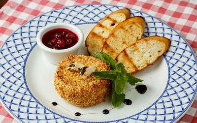 Сыр Камамбер, запеченный в кунжуте с медом и чесноком, с крутонами и клюквенным конфитюром