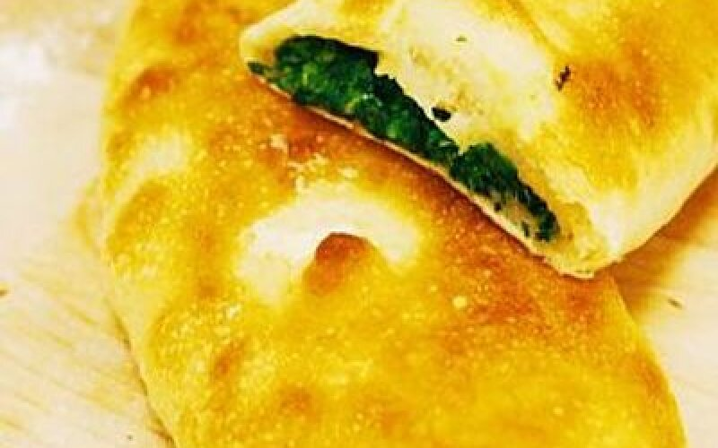 Пирожок со шпинатом и сыром