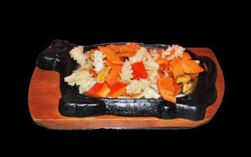 Кальмар с морепродуктамиТе Бань-Ююй жареные на раскаленной сковороде с овощами