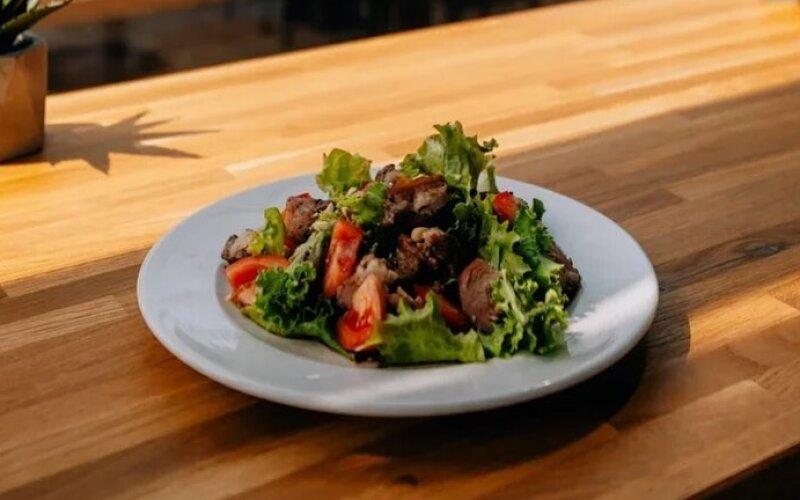 Салат со свининой «Барбекю»