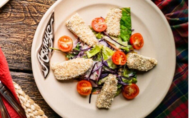 Салат с сёмгой в кунжуте