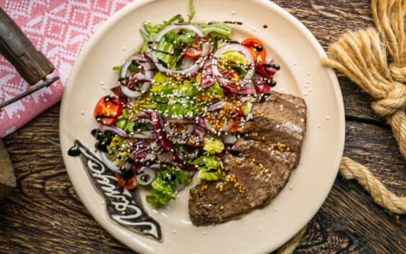 Стейк-салат с говядиной