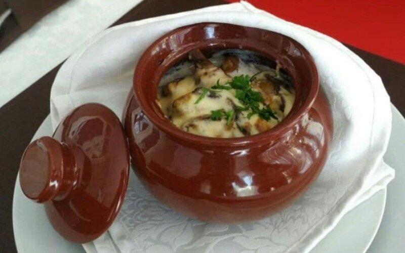 Мачанка с грибами и сливочным соусом в горшочке