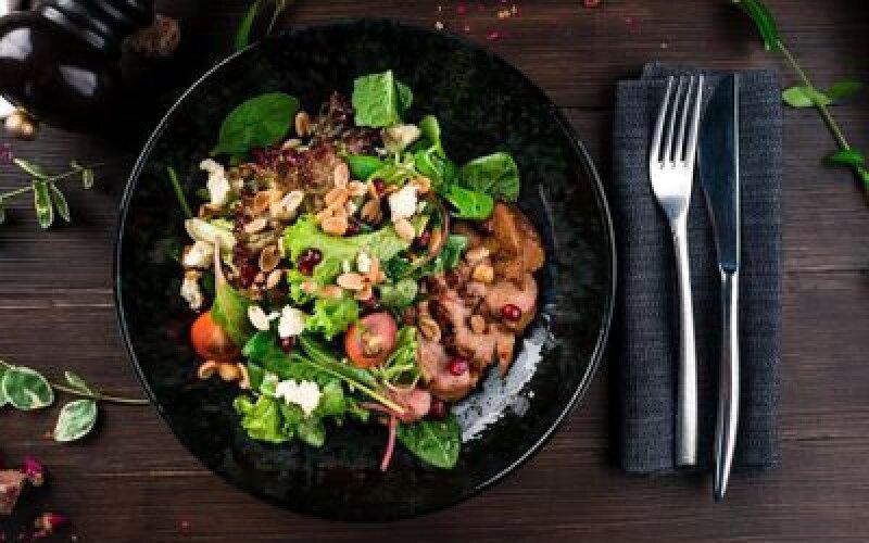 Салат с уткой, соусом из граната и Дор блю