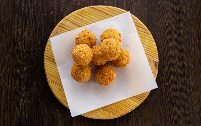 Острые сырные шарики с халапеньо