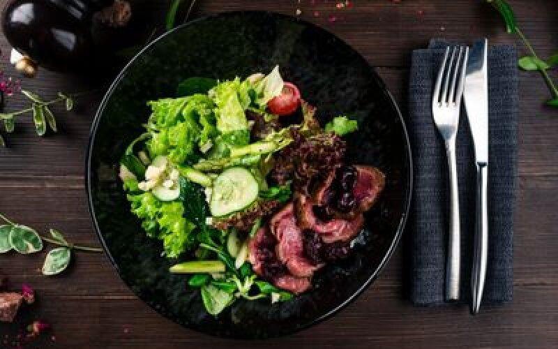 Салат с ростбифом и спаржей с  копченой вишней