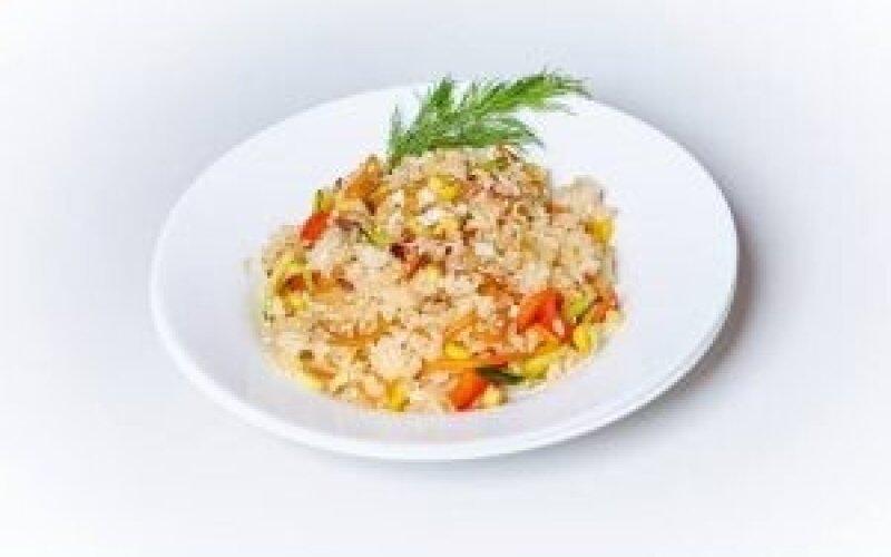 Рис с овощами с курицей и яйцом