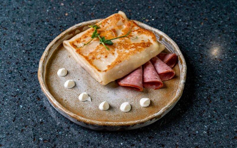 Блинчик с колбасой из мяса птицы варёно-копчёной и майонезом