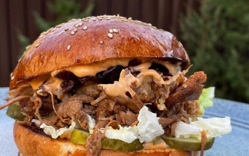 Бургер «Коул слоу» с рваной свининой