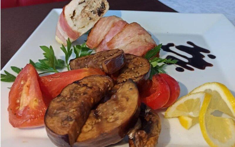 Филе куриное с сыром «Фета» и черносливом в беконе