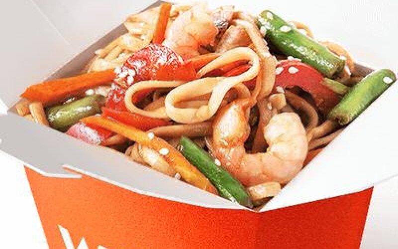 Морепродукты в азиатском чили с яичной лапшой