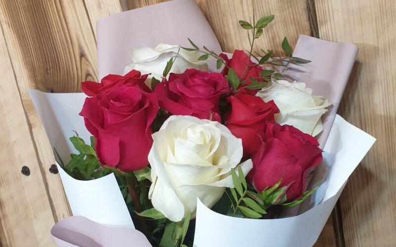 Букет из 9 бело-красных роз
