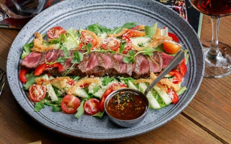 Теплый стейк-салат с телятиной
