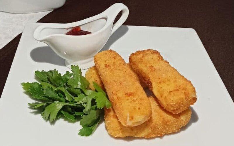 Сырные палочки«Домашние» с пикантным соусом