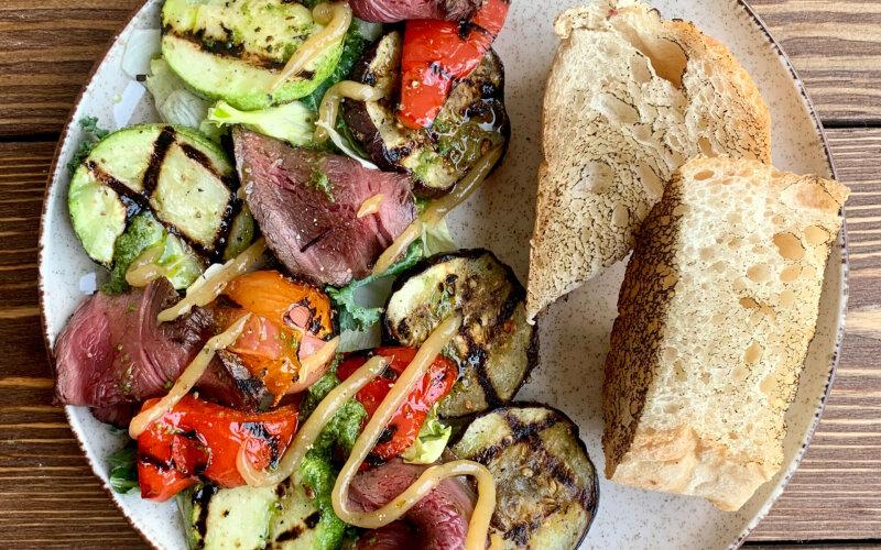 Салат с ростбифом и овощами гриль