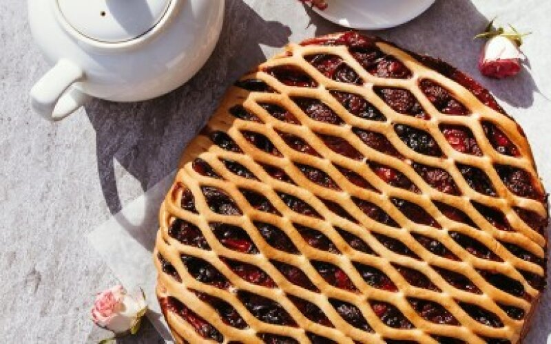 Пирог с клубникой и чёрной смородиной