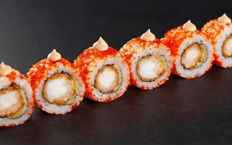 Пикантный ролл с темпурной креветкой и омлетом тамаго