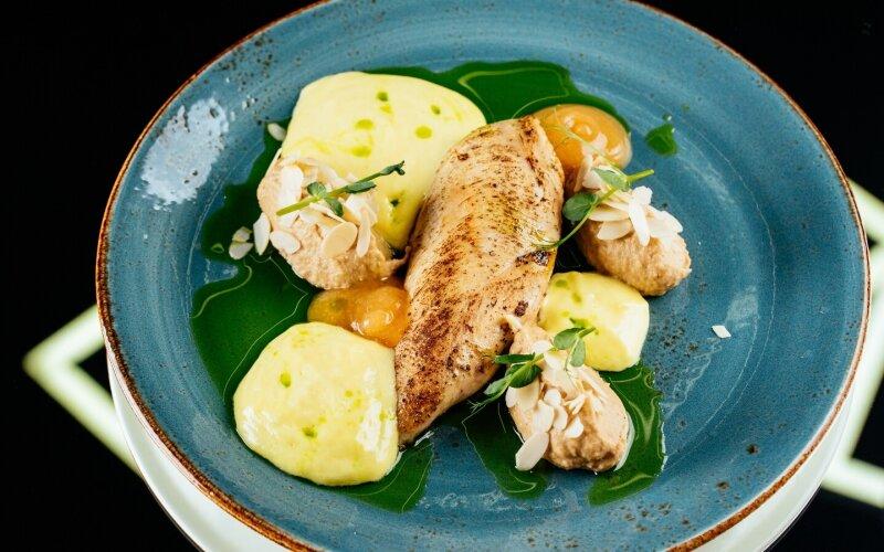 Куриное филе с кремом из корня сельдерея, лепестками миндаля, цитрусовым гелем и соусом «Голландез»