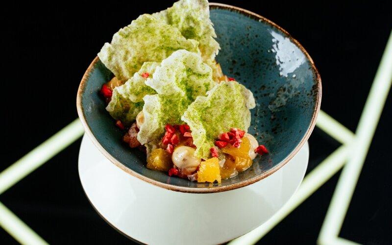 Тартар из сёмги с рисовыми чипсами, гелем из перца и сублимированной клубникой