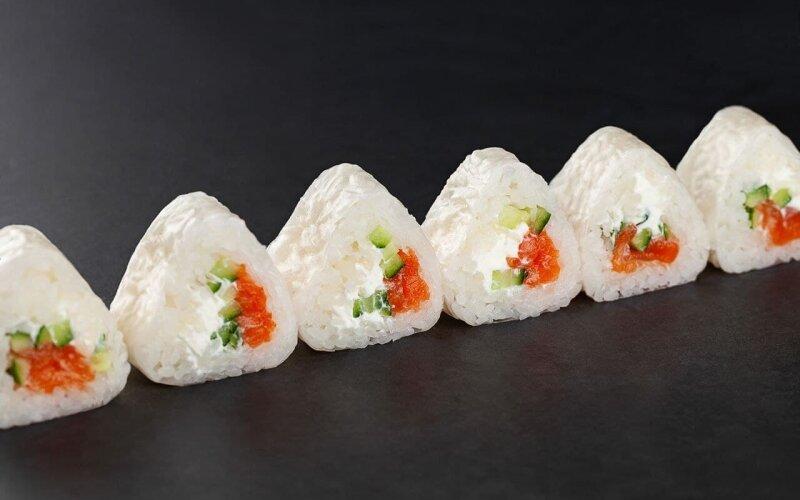Ролл в рисовой бумаге с лососем и огурцом