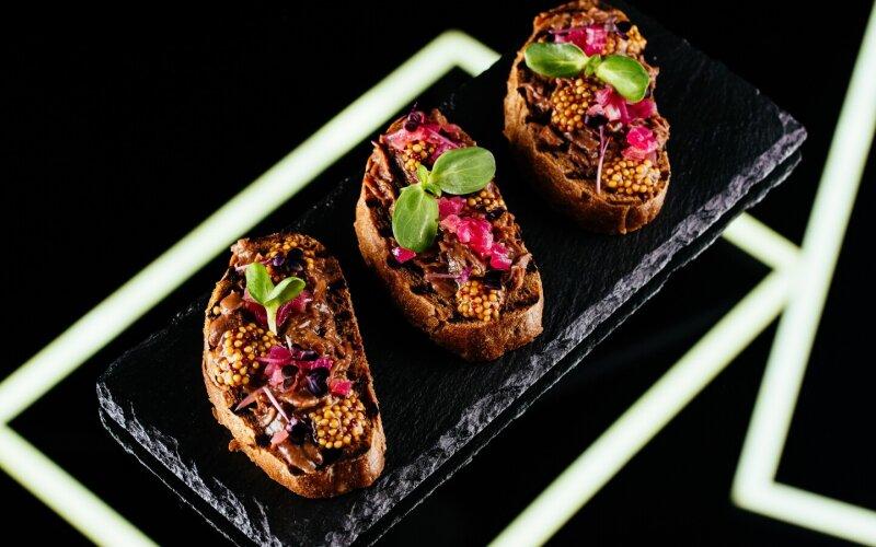 Брускетта с говяжьими щеками, французской горчицей и маринованным луком