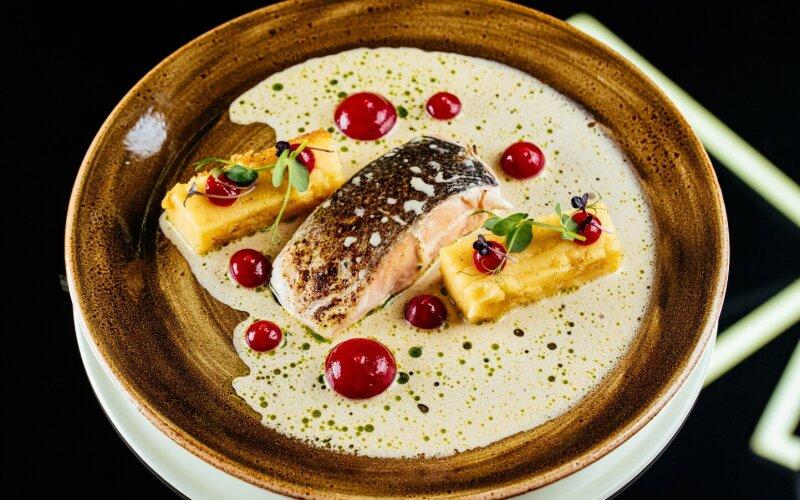 Филе сёмги с жареной полентой, вишнёвым гелем и рыбным биском