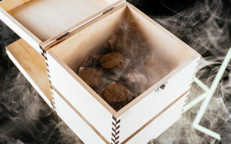 Тартар из говядины с конопляным печеньем и маринованным луком