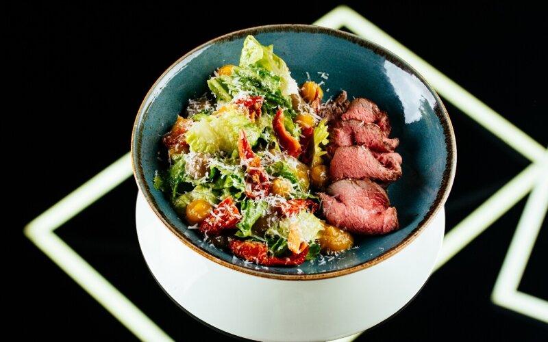 Салат с говядиной, вялеными томатами, кремом из баклажана и гелем из перца