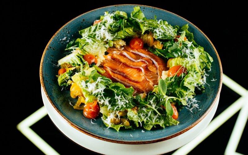 Салат с сёмгой, цитрусовым кускусом, брокколи, гелем из копчёной моркови