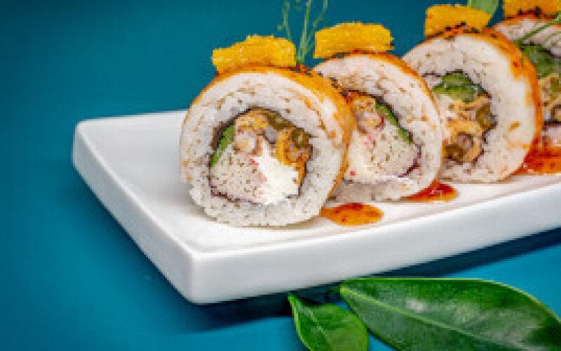 Ролл с тигровыми креветками и лососем