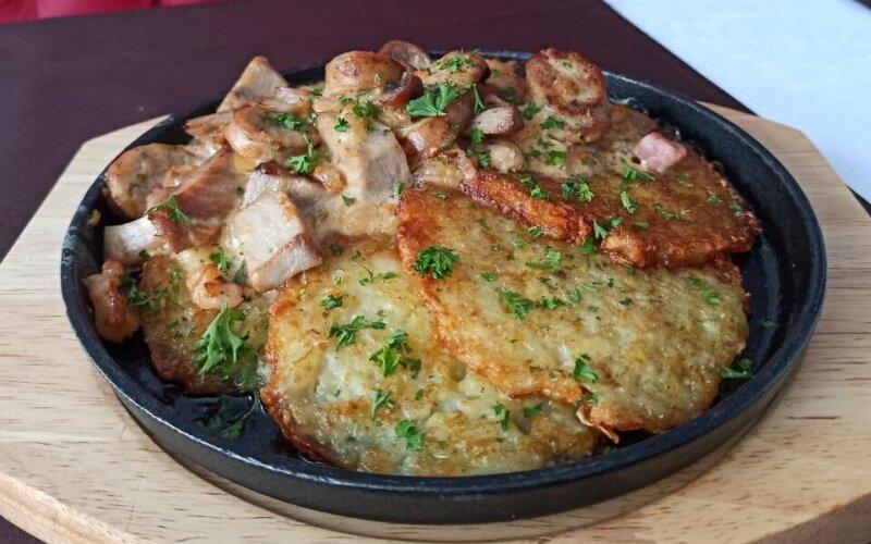 Мачанка из свинины с колбасой «Домашней» и драниками на сковороде