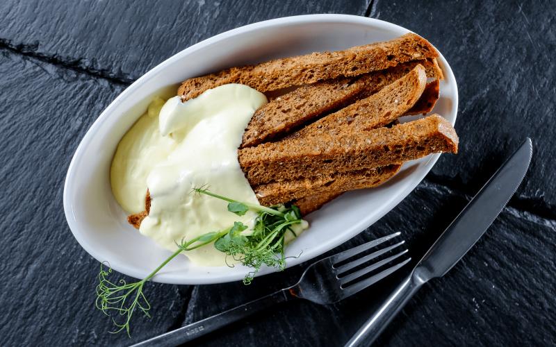 Сухарики хлебные с чесноком и сырным соусом