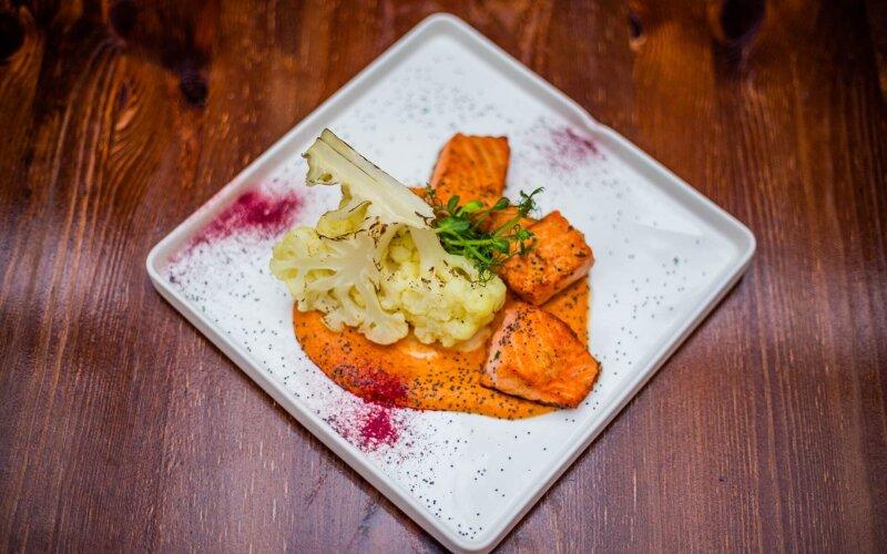 Лосось с обожжённой цветной капустой и соусом из вяленых помидоров