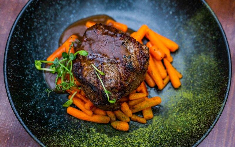 Стейк из говядины с мини-морковью и соусом «Демигляс»