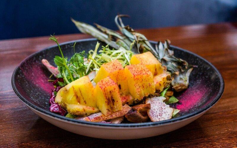 Салат с куриным бедром и розмариновым айоли