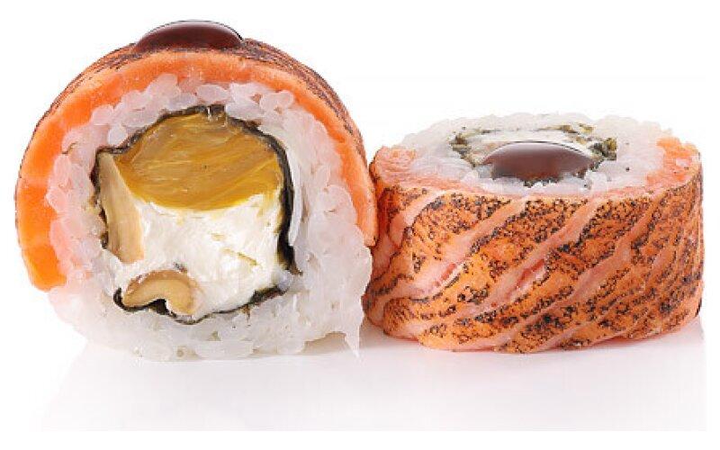 Ролл «С опаленным лососем и кешью-карамель»