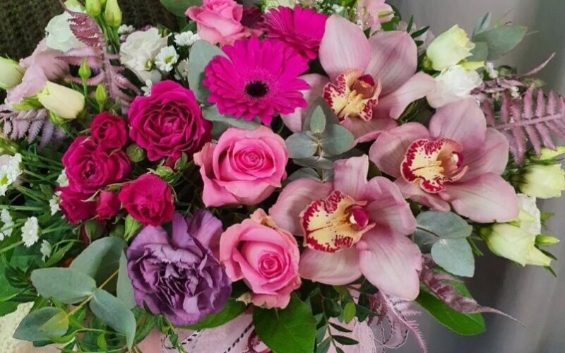 Шляпная коробка с цветами «Благородный вкус»