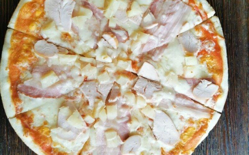 Пицца с копчёной курицей и ананасами