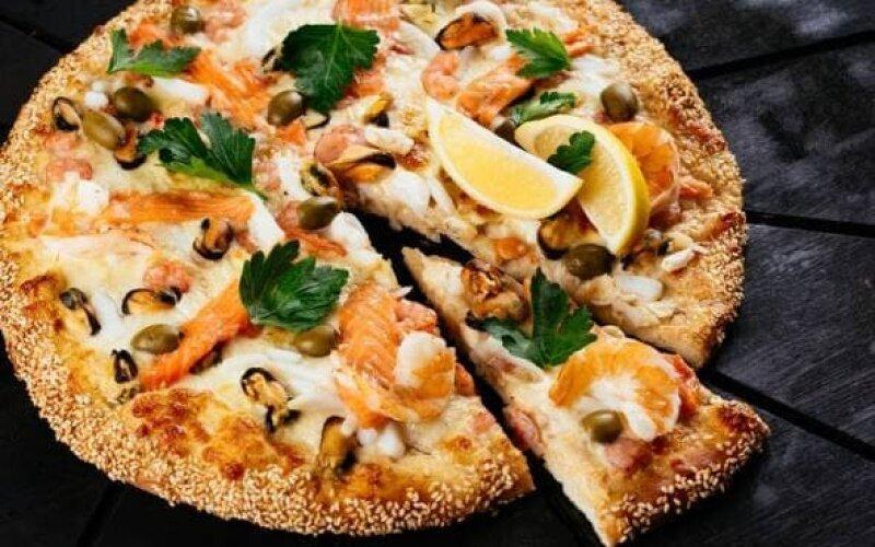 Маленькая пицца с морской начинкой